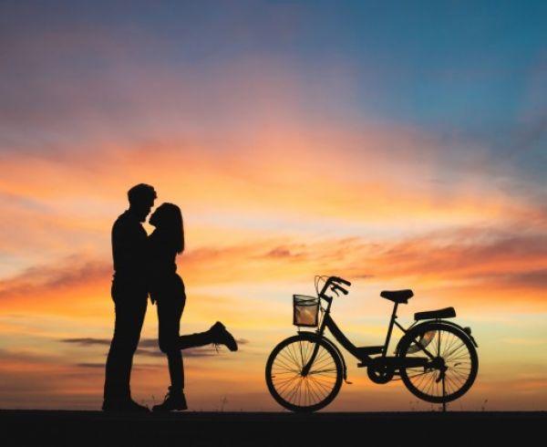 silueta-pareja-amor-besos-puesta-sol-pareja-concepto-amor_1150-1456
